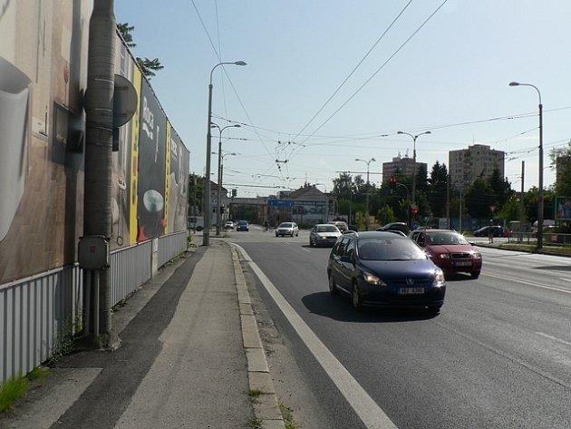 Od Pražské třídy (na snímku křižovatka se Strakonickou ulicí) směrem k Průběžné ulici plánuje investor dva nové věžáky.