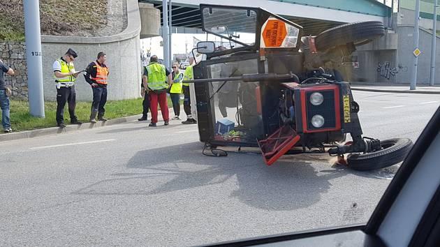 Takto se předvedl řidič traktoru v Budějovicích na Pekárenské ulici u viaduktu.