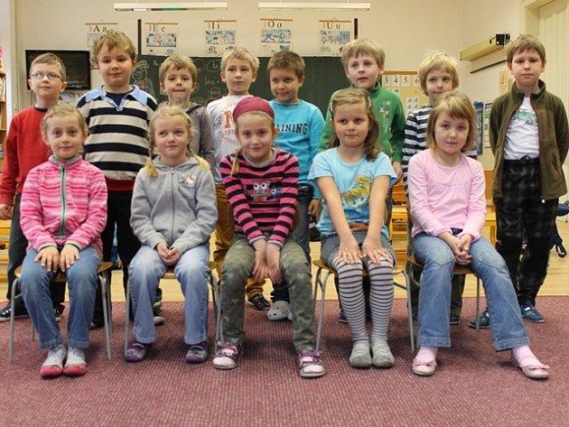 Žáci první třídy ZŠ Nedabyle pro školní rok 2013/2014.