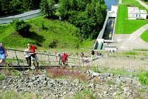 Víkendové prohlídky Vodního díla Římov přilákaly davy návštěvníků. Ti se při exkurzi podívali do útrob 47,5 metru vysoké hráze na malou vodní elektrárnu i na vodovodní potrubí. Cestou zpět museli vyšlápnout více než dvě stě schodů po hrázi.