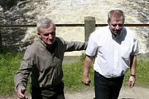 Ministr zemědělství Petr Bendl (vpravo) v doprovodu předsedy představenstva společnosti Rybářství Třeboň  Jana Hůdy. Podle něho je gigantický rybník, pod jehož výpustí pokračuje původní přirozený tok řeky Lužnice, ve své schopnosti zadržovat vodu stále ne