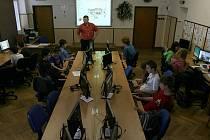 LÍBÍ SE JIM NOVÉ POČÍTAČE. Žáci i učitelé Základní školy Malá Strana v Týně nad Vltavou využívají od září novou multimediální učebnu.Na snímku vyučující Miroslav Vašica a žáci deváté třídy při hodině informatiky.