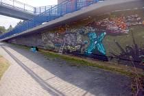 Nezvaný umělec se vyřádil na nadchodu přes Strakonickou ulici.