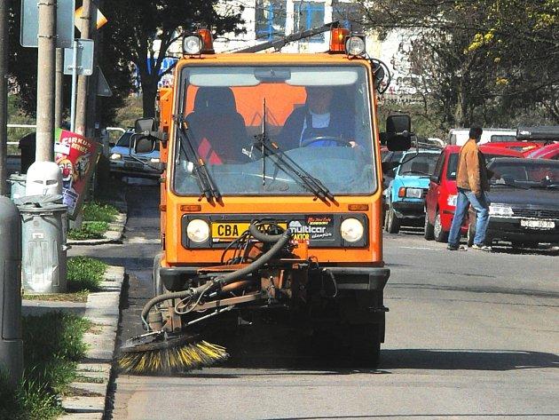 Jedno z úklidových vozidel při práci v českobudějovické ulici U Trojice.