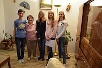 Žáci 8. A ZŠ Nerudova, kteří vyhráli letošní ročník projektu Příběhy našich sousedů. Na fotce jsou zleva Nicolas Andrejič, pamětnice Albína Charvátová, Adéla Voráčková, Diana Ziffreinová a Tereza Anna Matoušková.
