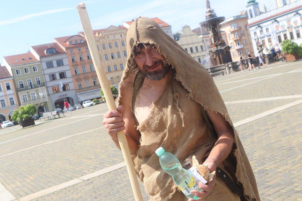 Žebrák na českobudějovickém náměstí.