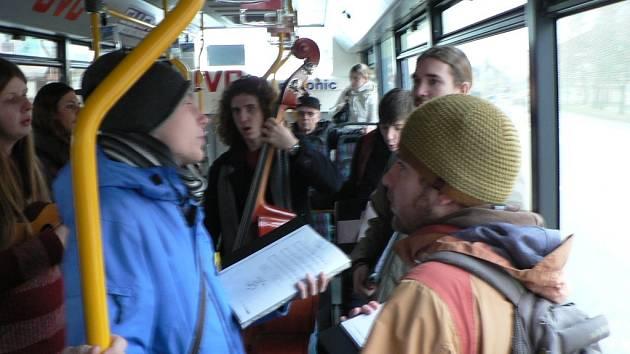 Přímo ve vozech MHD v ČB zpívali ve čtvrtek koledy členové pěveckého sboru Mendík.