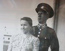 Výstava v chotýčanské knihovně ukazuje nejen kroniky a záznamy o životě v obci v době druhé světové války. Jednou z připomínek té doby je i příběh Františka Hosnedla a jeho manželky ze Ševětína.