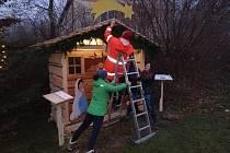 Sbor dobrovolných hasičů Vidov vytvořil pro obyvatele malebné vesničky ležící nedaleko Českých Budějovic dřevěný Betlém, který členové SDH nainstalovali přímo v jejím srdci.