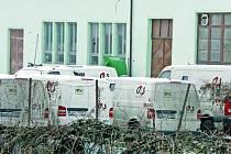 Na snímku je zadní trakt objektu firmy se zaparkovanými dodávkovými vozidly, ve kterých českobudějovická pobočka bezpečnostní agentury Group 4 Securicor Cash Services převáží finanční hotovost.