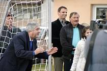 Jak se chytá v bezpečné brance, si na setkání v Mladém hned vyzkoušel i fotbalový internacionál Karol Dobiaš.