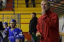NA LAVIČCE. Trenér Jindřich Setikovský vede prvoligový IHC Písek a jeho juniorský tým. Mladým hráčům rozdává své bohaté zkušenosti.