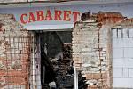 """Vybydlený kabaret u nádraží v pondělí ráno znovu zahořel. Minimálně do večera budou hlídat místo strážníci. Noční požár poškodil několik tabulek oken sousedního panelového domu, které kvůli žáru popraskaly. """"S tím domem jsou samé problémy už dlouho. Majit"""