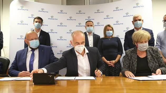 Memorandum o vytvoření společné jihočeské koalice podepsali v úterý večer na krajském úřadě zástupci ODS, KDU-ČSL, TOP 09, ČSSD a Jihočechů 2012.