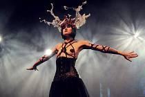 Michaela Chejn Peřinová z Českých Budějovic vystupuje pod uměleckým jménem  Yassmine de Mortifére jako tanečnice burlesky. Zatančí i v rodném městě.