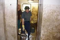 Dobrovolníci pomáhali i při povodních.