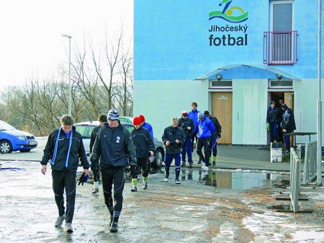 Fotbalisté třetiligového béčka Dynama ČB vyrážejí na první letošní trénink: v popředí pelotonu navrátilec z hostování v Čáslavi Josef Příhoda a brankář Vít Pešula.
