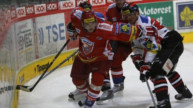 Obránce Vladimír Sičák si dělá prostor v pohárovém utkání se Znojmem.