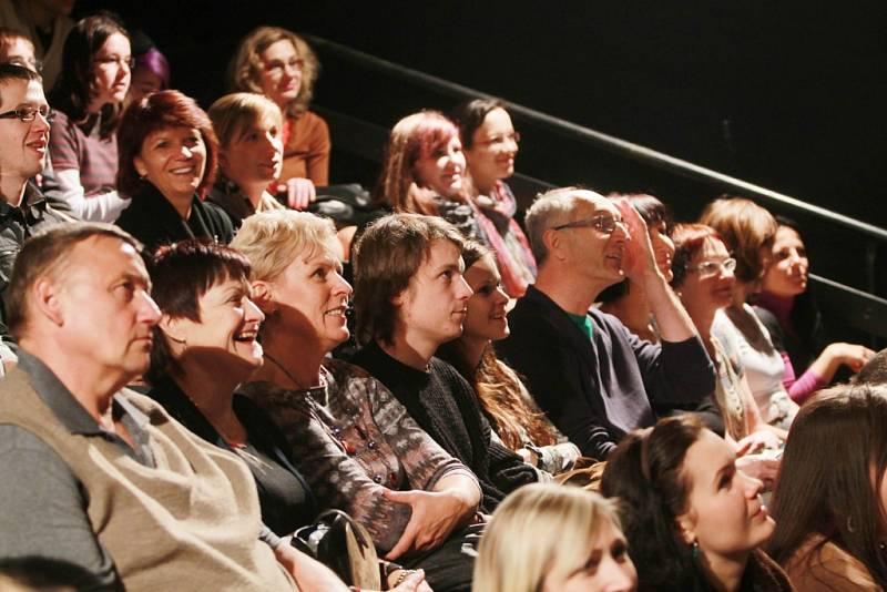 Projekt scénického čtení Listování oslavil 30. listopadu v Českých Budějovicích deset let. Lidé se dobře bavili.