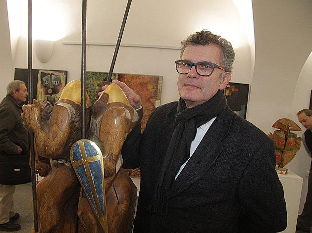 Slovenský sochař Juraj Čutek vystavuje své sochy ze dřeva a kovu v rámci Dnů slovenské kultury v Radniční síni. Výstava potrvá do 17. 3.
