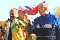 Týmové závody má Martin Michek rád. Nedávno byl největší hvězdou mistrovství republiky družstev v Kaplici, kde doslova dotáhl LR Cosmetic k titulu. Na snímku odpovídá právě v Kaplici na dotazy komentátora závodu Vladimíra Voráče.