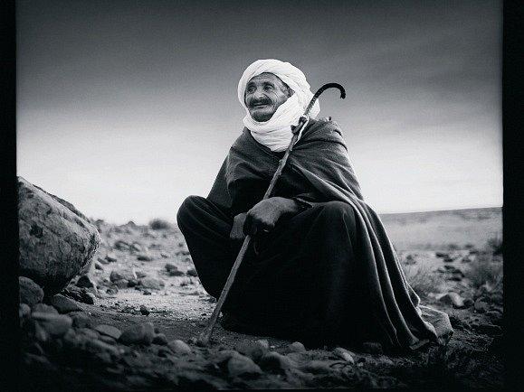 Fotograf Michal Tůma má monografii, která vyšla v prosinci 2014 v nakladatelství Foto Mida. Snímek Hlídač pouště, Alžír, 1981.