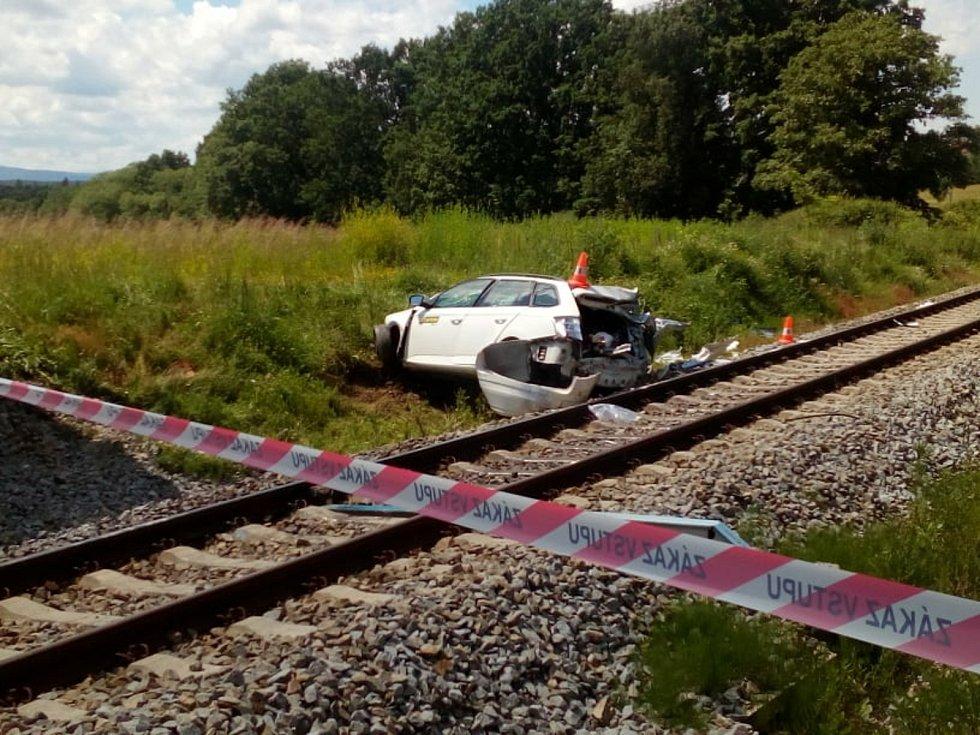 V červnu u Nové Vsi na přejezdu bez závor po srážce s osobním vlakem zahynul řidič středního věku, který cestoval sám.