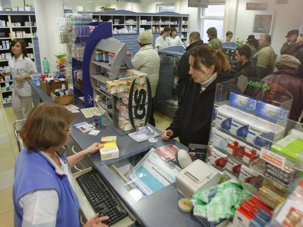 Velký nával pacientů zažívala od rána lékárna v českobudějovické nemocnici v ulici Boženy Němcové, která je spravována krajem a jsou zde zrušeny poplatky. Léky si vyzvedává paní Marie Maděrová.