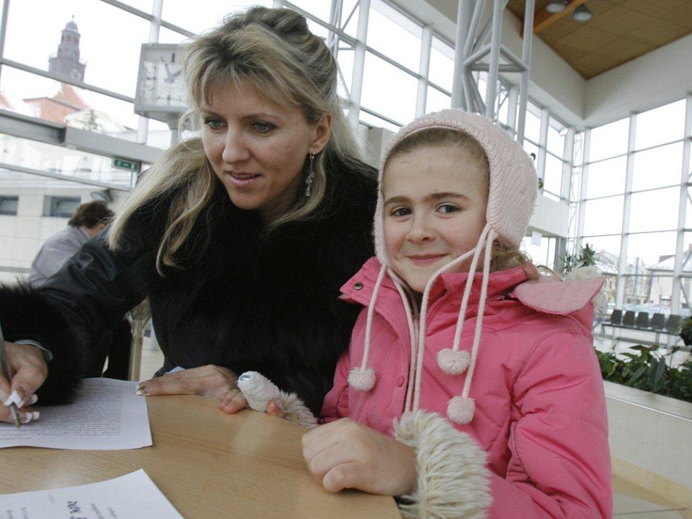 Darovací listinu podepisuje ve vstupním prostoru českobudějovické nemocnice Štěpánka Judová se svojí dcerou Štěpánkou.