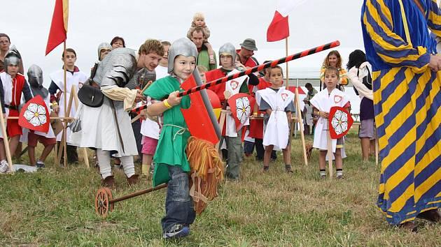 Vyzkoušet své rytířské dovednosti a poznat, jak se bojovalo ve středověku mohly v sobotu děti u Nového rybníka u Borovan. Uskutečnila se zde Bitva o Slamburk.