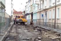 Stavební ruch bude v českobudějovické Štítného ulici vládnout až do listopadu. Nový bude povrch vozovky i sítě pod ním. Auta, která sem teď nesmějí, projedou ulicí po dokončení rekonstrukce už jen jedním směrem.