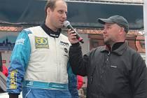 Václav Pech odpovídá na dotazy moderátora na cílové rampě jako vítěz Rallye Šumava, která byla zatím posledním závodem mistrovství republiky v automobilových soutěžích. Plzeňský pilot se usadil na čele průběžné klasifikace šampionátu a chtěl by si ho udrž