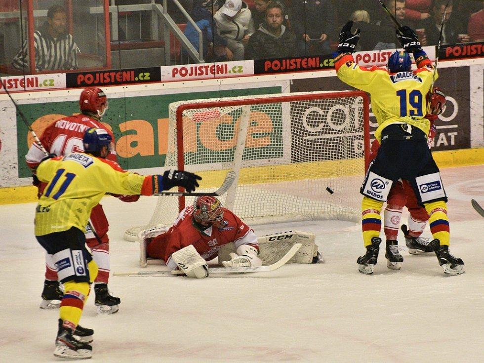 Matouš Venkrbec (č. 19) dává proti Frýdku gól na 2:1.