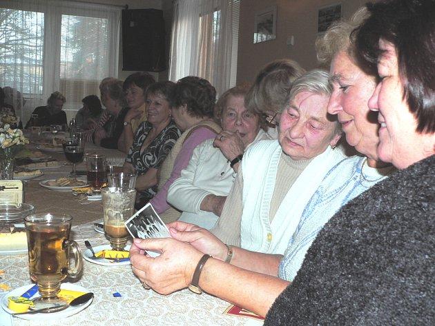 Nad starými fotografiemi si bývalé prodavačky Vrbenky s nostalgií zavzpomínaly na svou někdejší práci a na výborný kolektiv. Na čtvrteční oslavu v restauraci nedaleko suchovrbenské točny přišlo zhruba čtyřicet žen.