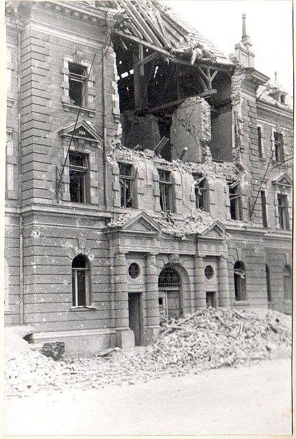 Po náletech v březnu 1945 zůstalo v Českých Budějovicích mnoho zmařených životů a zničených domů. Na snímku budova soudu.
