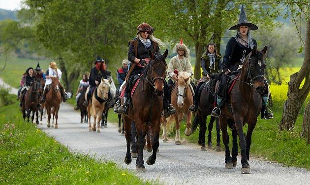 Čarodějnice se vydaly do světa v sedlech koní.