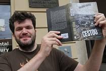 Drsné čtení je místy román Cestou, který o legionářích napsal Dalibor Vácha. Na snímku u Mariánských kasaren v Českých Budějovicích, kde sloužil od února 1915 i Jaroslav Hašek.