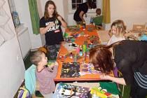 Tvořit mohou děti na pravidelných schůzkách kroužku Šikulka, který organizuje občanské sdružení Figurka.