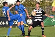 Richard Kalod ve Vlašimi gól nedal (na snímku ho atakují Kulhánek a Kavka), trefí se v pátek doma proti Prostějovu?