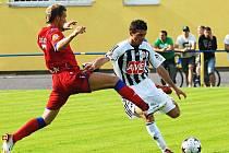 Pro Chorvata Dujakoviče (vpravo ukopává míč brněnskému Robertu Szegedimu) testy v Dynamu skončily.