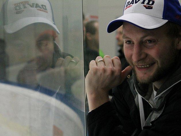 Hokejový útočník Jiří Hanzal a jeho tým se v pátek pokusí odvrátit konec sezony.