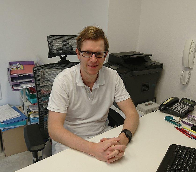 Obvodní lékař z Českých Budějovic, Ivo Petrášek, má běžně plnou čekárnu pacientů. Nyní s nimi komunikuje přes e-mail a telefon. Některé si ale do ordinace pozvat musí i v těchto dnech.