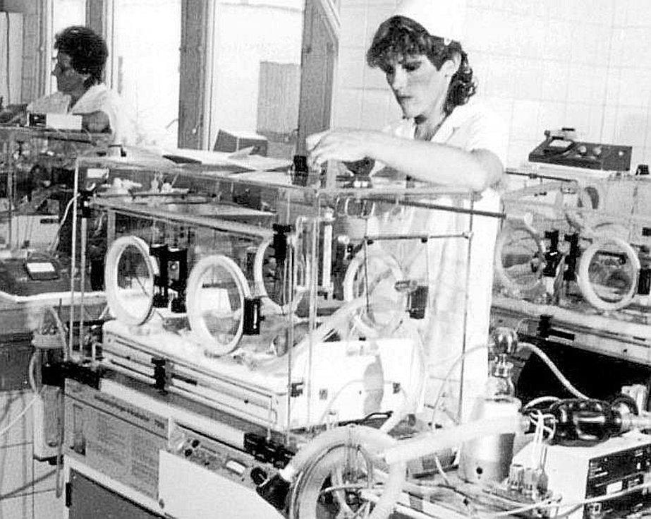 Péče o novorozence. V roce 1984 byla vybavenost neonatologického oddělení na vysoké úrovni.