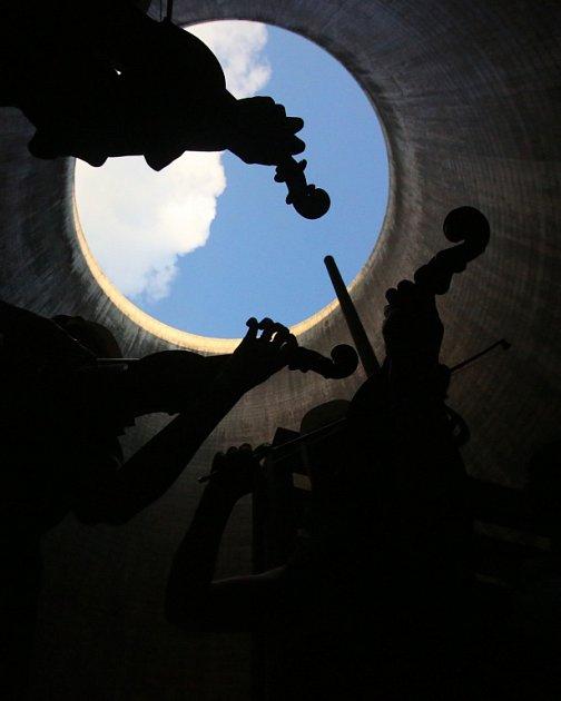 Kvarteto Jihočeské filharmonie zahrálo 20.června vchladicí věži Jaderné elektrárny Temelín. Zazněly skladby Mozarta, Debussyho a Dvořáka.