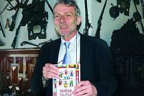 U příležitosti setkání ministrů zahraničí EU bude v hlubockém knihkupectví v prodeji i kniha s vtipy ze států unie. Na snímku s ní pózuje starosta Tomáš Jirsa.