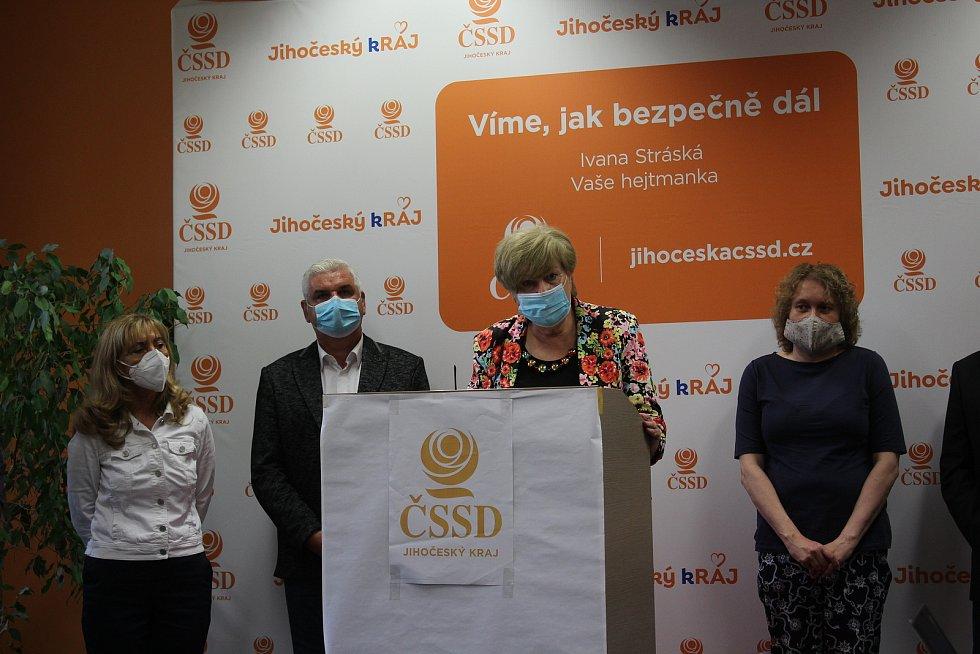 Jihočeská ČSSD zveřejnila kandidátní listinu. Na snímku (zleva) Kvetoslava Kotrbová, Antonín Krák, hejtmanka Ivana Stráská a Olga Bastlová.
