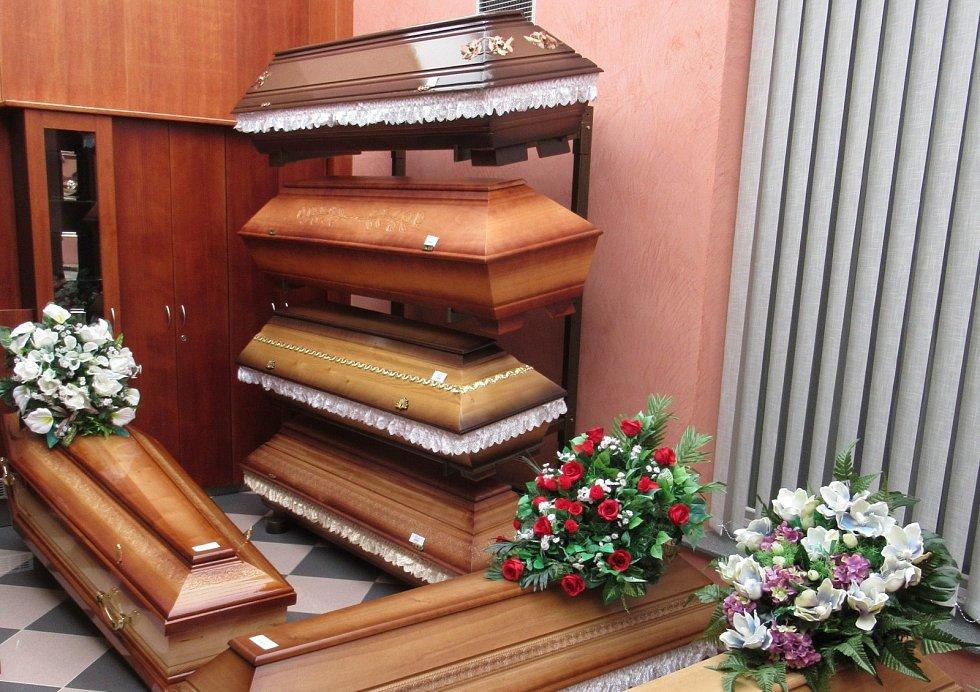 Pohřeb v době covidu: Na pohřeb blízkého můžete jet i mimo okres, v němž bydlíte (na rozdíl od svatby). Musíte však účel cesty doložit, například čestným prohlášením anebo vzorovým formulářem.