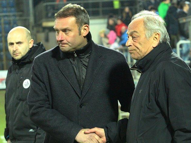 Trenér Dynama František Cipro po zápase na Slovácku gratuluje svému domácímu kolegovi Svatopluku Habancovi k vítězství.