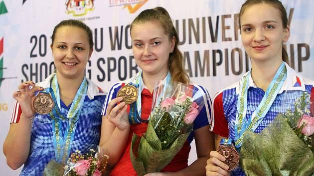 STŘELBA. Nikola Foistová byla rovněž členkou úspěšného družstva, které vystřílelo bronz ze vzduchové pušky. Zleva Gabriela Vognarová, Nikola Foistová a Lucie Brázdová.