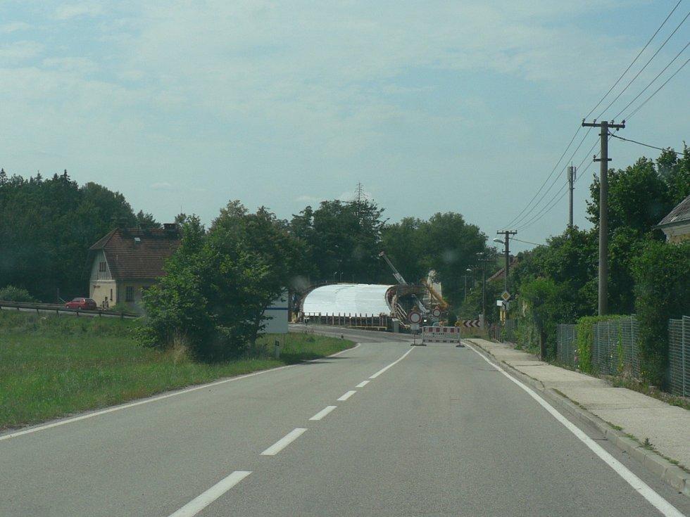 Obchvat u Strážkovic a most u Trocnova už se zřetelně rýsují. Obě investice vznikají v režii Jihočeského kraje.